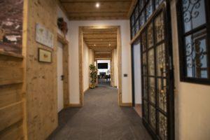 Corridoio_Hotel_regina_Cortina_sfuocato